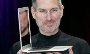 Основатель Apple с ноутбуком