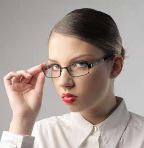 Педантичная дама в очках