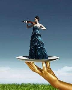 Девушка играет на скрипке (фото)