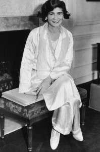 Шанель в белом платье
