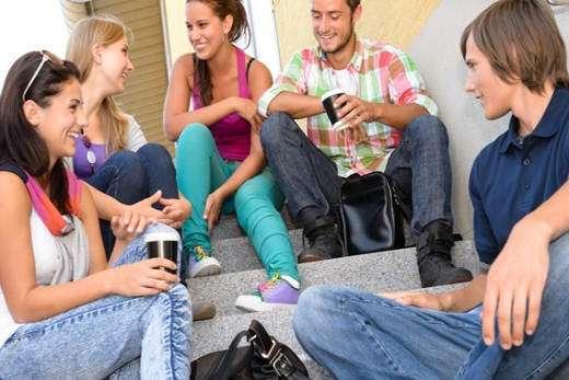 Стать общительным и интересным в кругу друзей (фото)