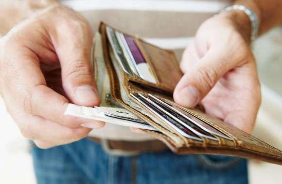 Заработанные деньги в кошельке