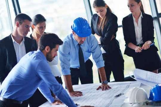 Топ-менеджеры обсуждают проект (фото)